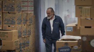 Guy de Mangeon dans son entrepôt. (FRANCE 2)