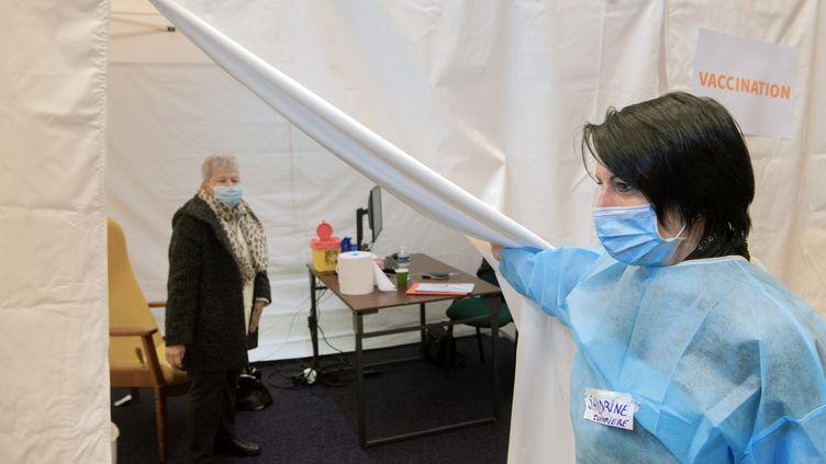 Dans un centre de vaccination à la Maison des sports de Clermont-Ferrand le 26 janvier. (RICHARD BRUNEL / MAXPPP)