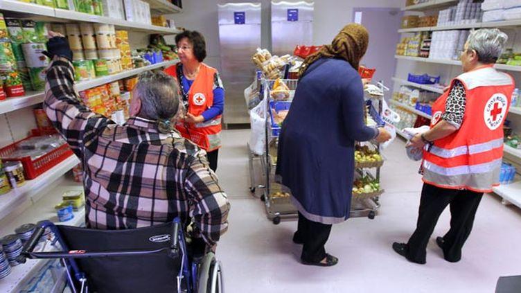 (© Maxppp - Les Français redoutent la précarité et sont plus attentifs aux autres, d'après un sondage de la Croix-rouge, qui va lancer sa collecte annuelle de dons.)