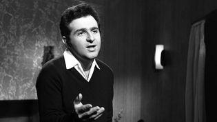 """Richard Anthony sur le plateau de """"Toute la chanson"""" (13 février 1963)  (Claude James / INA)"""