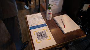 Un restaurant muni d'un QR codepermettant de télécharger l'application TousAntiCovid, le 26 mai 2021 à Rungis (Val-de-Marne). (ANTOINE DE RAIGNIAC / HANS LUCAS / AFP)