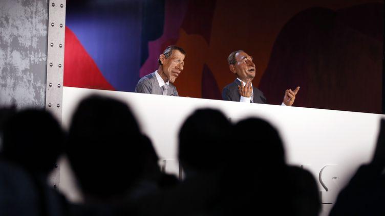 """La marionnette de PPDA (à gauche) présente """"Les Guignols de l'info"""", le 6 octobre 2012 à Paris. (KENZO TRIBOUILLARD / AFP)"""