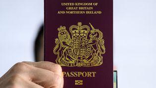 Un passeport britannique, le 29 janvier 2021. (ANTHONY WALLACE / AFP)