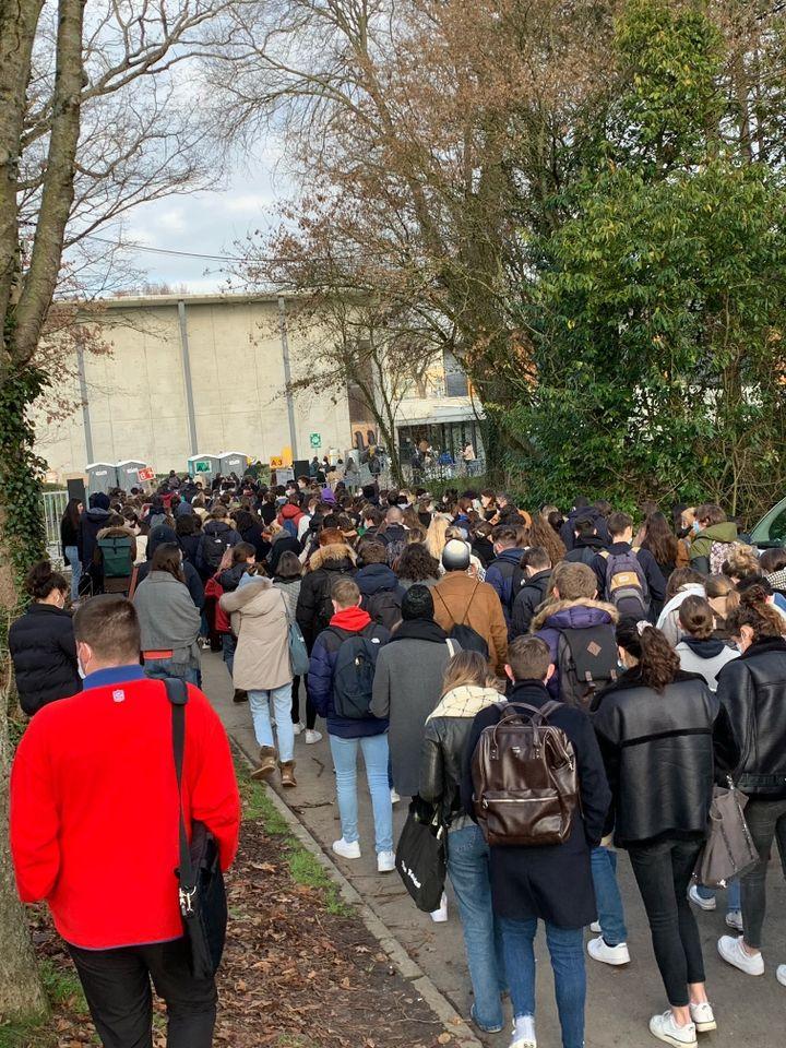 Des étudiants se rendent à l'un de leurs partiels, alors que l'heure de leur convocation est échelonnée, à l'université Rennes 1 (Ille-et-Vilaine), le 7 janvier 2021. (MATEO GOURIOU)