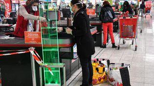 Une caissière travaille dans un supermarché de Montpellier (Hérault), le 30 mars 2020. (PASCAL GUYOT / AFP)