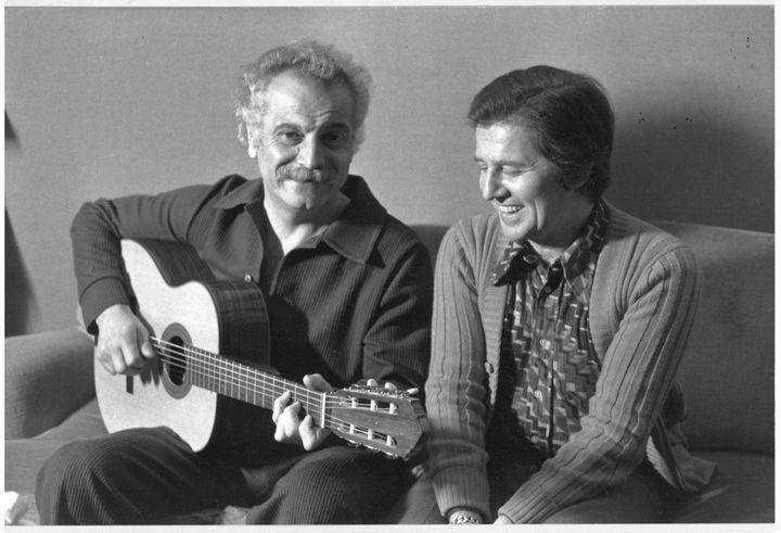 Georges Brassens à la guitare avec son ami Fred Mella en 1973. (ARCHIVES MELLA)