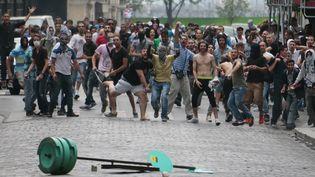Des manifestants affrontent la polic à la Goutte d'Or, dans le nord de Paris, le 19 juillet 2014. (JACQUES DEMARTHON / AFP)