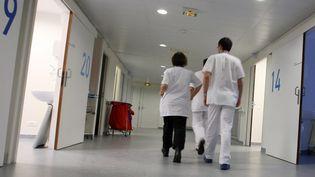 Des personnels soignants dans le service des urgences de l'hôpital de Saint-Etienne (Loire), le 10 février 2009. (  MAXPPP)
