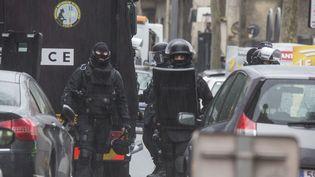 Des policiers à Montrouge (Hauts-de-Seine) après la fusillade qui a fait un mort et un blessé, le 8 janvier 2015. (CAROLINE PAUX / CITIZENSIDE.COM / AFP)