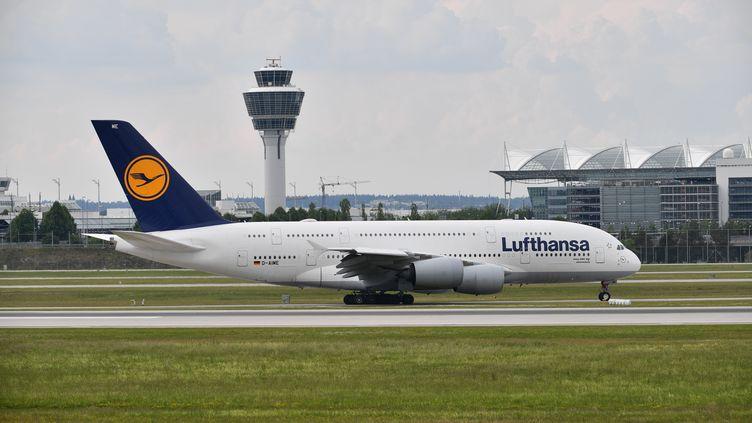 Un avion de la compagnie Lufthansa est sur le tarmac à Munich (Allemagne), le 23 mai 2018. (FRANKHOERMANN / SVEN SIMON / AFP)