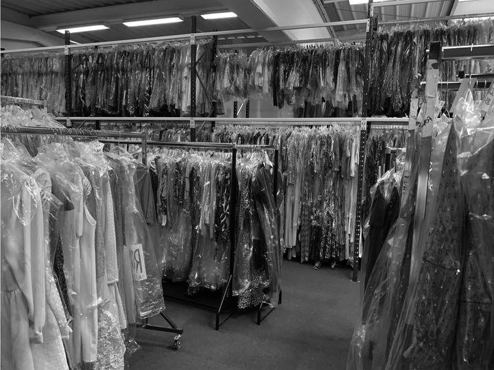 Des vêtements sous housse avant d'être loués. 2021 (Les Cachotières)