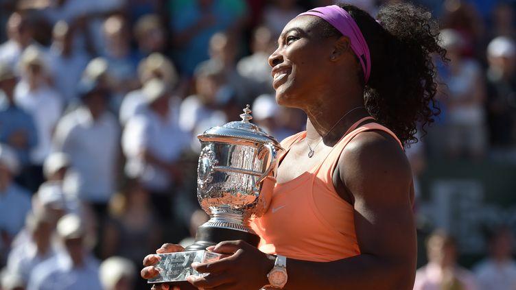 Serena Williams célèbre son troisième sacre à Roland-Garros, à Paris, le 6 juin 2015. (PASCAL GUYOT / AFP)