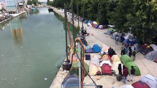 Entre 700 et 1200personnes vivent dans ce campement installé au bord du canal Saint-Denis dans des conditions d'hygiènes déplorables. (BENJAMIN MATHIEU / FRANCEINFO / RADIO FRANCE)