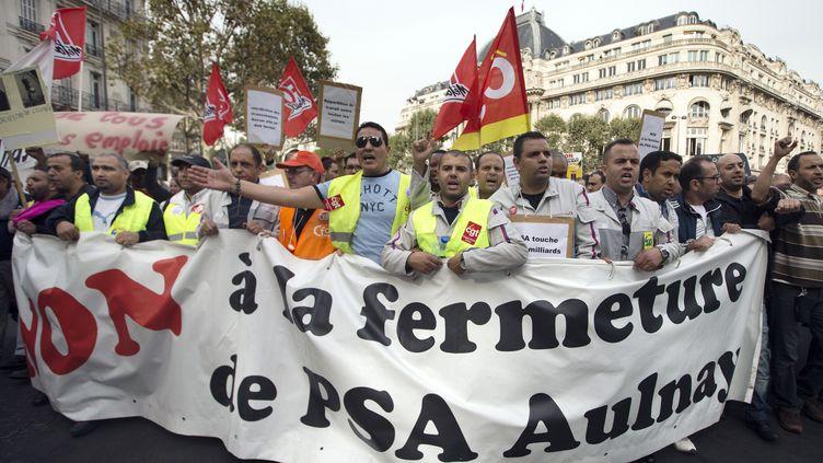 Des ouvriers de l'usine PSA d'Aulnay-sous-Bois manifestent à Paris contre la fermeture de leur site prévue en 2014, le 20 septembre 2012. (JOEL SAGET / AFP)