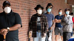 Des électeurs américains font la queue pour aller voter le 12 octobre 2020 à Atlanta en Géorgie. (JESSICA MCGOWAN / GETTY IMAGES NORTH AMERICA)