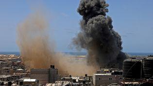 Un bâtiment visé par une frappe aérienne israélienne à Rafah, dans le sud de la bande de Gaza, le 20 mai 2021. (SAID KHATIB / AFP)