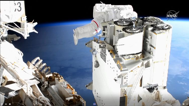 Capture d'écran de la sortie extravéhiculaire de Thomas Pesquet hors de l'ISS, le 16 juin 2021. (NASA TV / AFP)