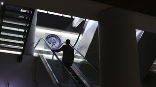 Un homme emprunte un escalier mécanique, le 31 mars 2015, au siège de la DGSE, à Paris. (ERIC DESSONS / JDD / SIPA)
