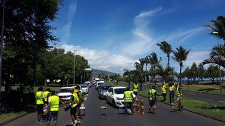 """Mobilisation des """"gilets jaunes"""" à La Réunion, à Saint-Denis, dans le quartier du Chaudron, sur la route du littoral qui mène à l'aéroport, le 26 novembre 2018. (BENJAMIN MATHIEU / RADIO FRANCE)"""