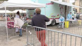 Les tests antigéniques se déploient toujours progressivement, vendredi 13 novembre. Les campagnes de tests PCR continuent en parallèle. Dans le Cantal, des laborantins se déplacent en bus dans les zones rurales. (FRANCE 3)