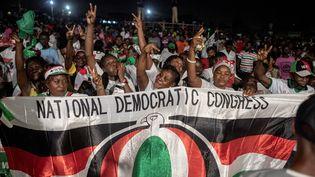 Supporteurs du parti National Démocratic Congress, lors du dernier meeting de John Mahama. Les Ghanéens sont appelés aux urnes le 7 décembre 2020 pour désigner président et députés. Accra, le 5 décembre 2020. (CRISTINA ALDEHUELA / AFP)
