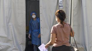 Une personne se rendant à un dépistage PCR gratuit pour le Covid-19, le 4 septembre 2020 dans le 19e arrondissement de Paris. (R?MI DECOSTER / HANS LUCAS / AFP)