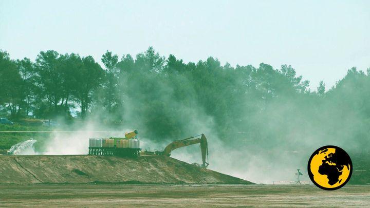 Des poussières s'envolent sur le site de stockage de Mange-Garri, à Bouc-Bel-Air(Bouches-du-Rhône), en juin 2018. (DR)