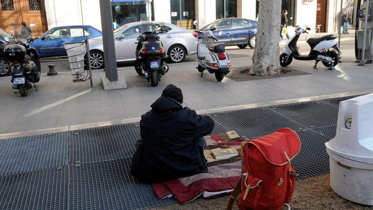 Un sans-domicile dans une rue de Marseille (Bouches-du-Rhône), le 7 février 2012. (  MAXPPP)