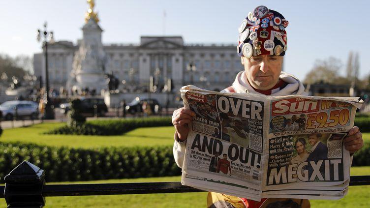 """Un Britannique lit un exemplaire du tabloïd """"The Sun"""", jeudi 9 janvier 2020 à Londres (Royaume-Uni). (TOLGA AKMEN / AFP)"""