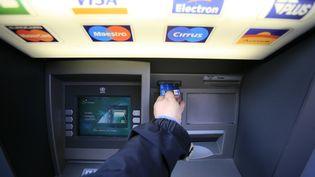 """La limitation des """"commissions d'intervention"""", facturées en cas de paiement malgré un dépassement de découvert, a joué dans cette baisse des frais bancaires. (GODONG / PHOTONONSTOP / AFP)"""