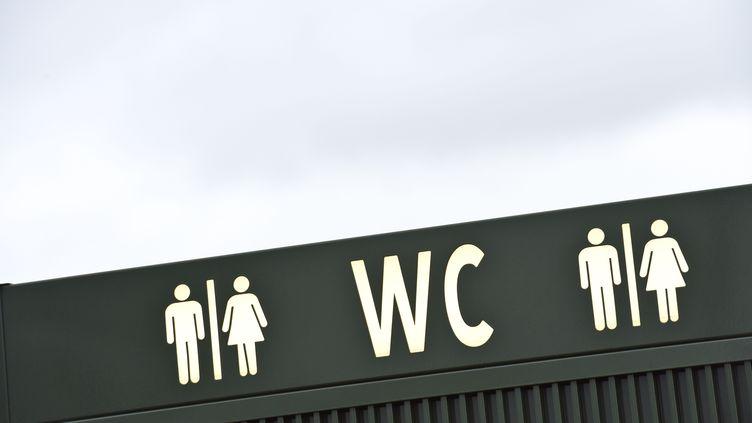 Unpanneau indique des toilettes publiques à Bruxelles (Belgique), le 31 janvier 2018. (JEAN-LUC FLEMAL / BELGA MAG)