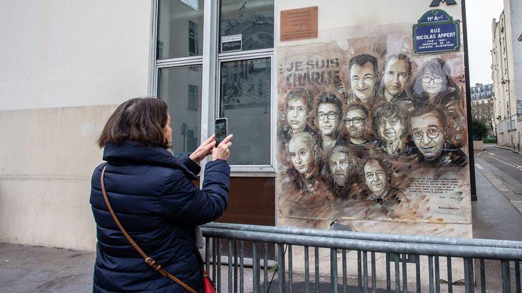 La fresque rassemblant les dessinateurs de Charlie Hebdo tués dans l'attentat du 5 janvier 2015 (AURELIEN MORISSARD / MAXPPP)