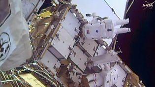 Ces images de la Nasa montrent Shane Kimbrough (en haut) et Thomas Pesquet (en bas) lors de leur sortie dans l'espace, le 13 janvier 2017. (NASA TV / AFP)