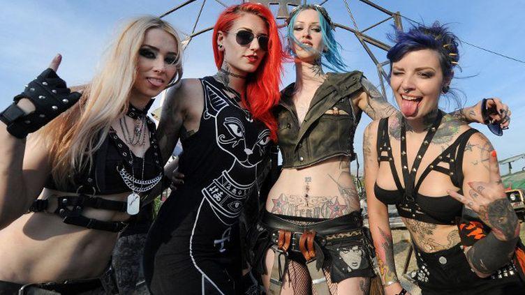 Des festivalières au Hellfest 2014 de Clisson  (JEAN-SEBASTIEN EVRARD / AFP)