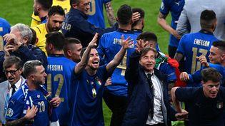 Les joueurs italiens célèbrent leur victoire en finale de l'Euro 2020, au stade de Wembley à Londres (Royaume-Uni), le 11 juillet 2021. (FACUNDO ARRIZABALAGA / POOL / AFP)