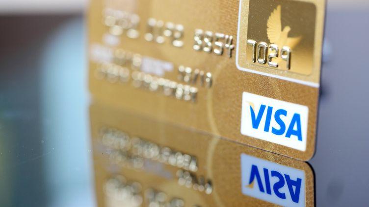 Une carte Visa photographiée le 11 mars 2015. (JOERG CARSTENSEN / DPA / AFP)