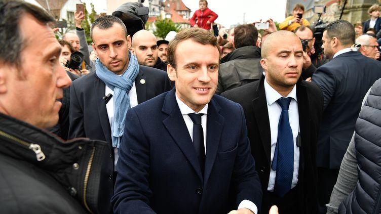 Emmanuel Macron lors de son arrivée à son bureau de vote du Touquet (Pas-de-Calais), lors du second tour de l'élection présidentielle, le 7 mai 2017. (CHEN YICHEN / AFP)
