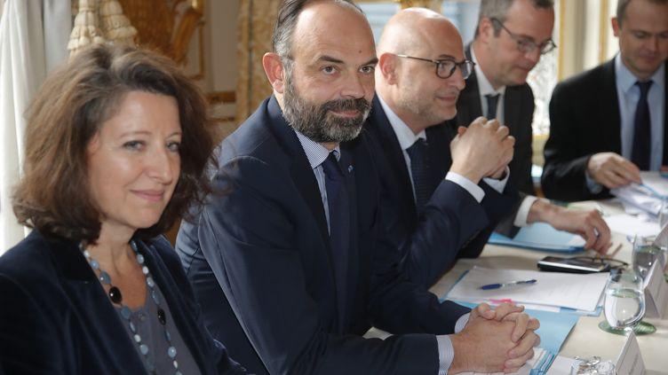 Le Premier ministre Edouard Philippe avec à sa droite la ministre de la Santé Agnès Buzyn assiste à une réunion avec les partenaires sociaux le 10 janvier 2020 à l'hôtel Matignon à Paris. (CHARLES PLATIAU / POOL)