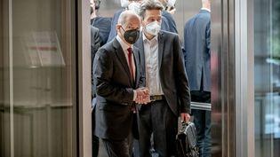 Le candidat SPD à la chancellerie, Olaf Scholz (à gauche), arrive au Parlement allemand, le 28 septembre 2021. (MICHAEL KAPPELER / DPA / AFP)