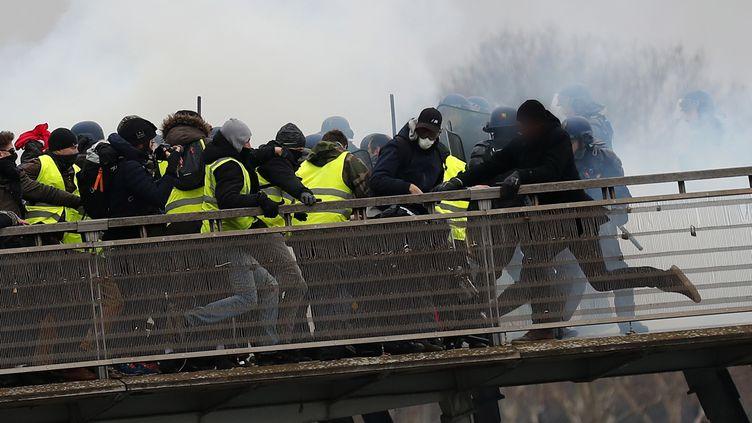 """Passerelle Léopold-Sédar-Senghor à Paris, le 5 janvier 2018, lors de """"l'acte8"""" du mouvement des """"gilets jaunes""""; (IAN LANGSDON/EPA/NEWSCOM/MAXPPP)"""
