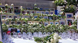 Un mémorial des victimes de l'attentat de Nice, installé dans les jardins de la Villa Masséna, sur la Promenade des Anglais. (ROLAND MACRI / MAXPPP)