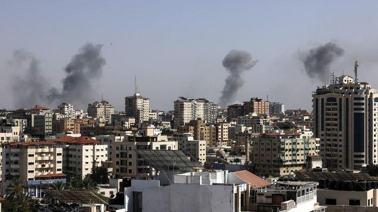 De la fumée s'échappe de Gaza, le 11 mai 2021, après des tirs de missiles israéliens. (MAHMUD HAMS / AFP)