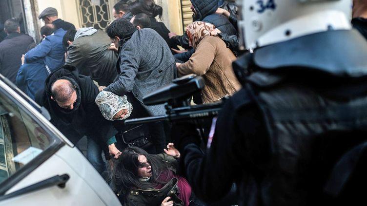 Lorsque les policiers lancent des gaz lacrymogènes et menacent les manifestants de leurs fusils chargés de balles en caoutchouc, la panique s'empare des hommes et des femmes venus manifester pour réclamer la réouverture des pourparlers de paix entre le gouvernement turc et le Parti des travailleurs du Kurdistan, le PKK, déclaré illégal par Ankara. Une marche pour demander également la libération du leader kurde Abdullah Öcalan, condamné à perpétuité en 1999. (Ozan KOSE / AFP)