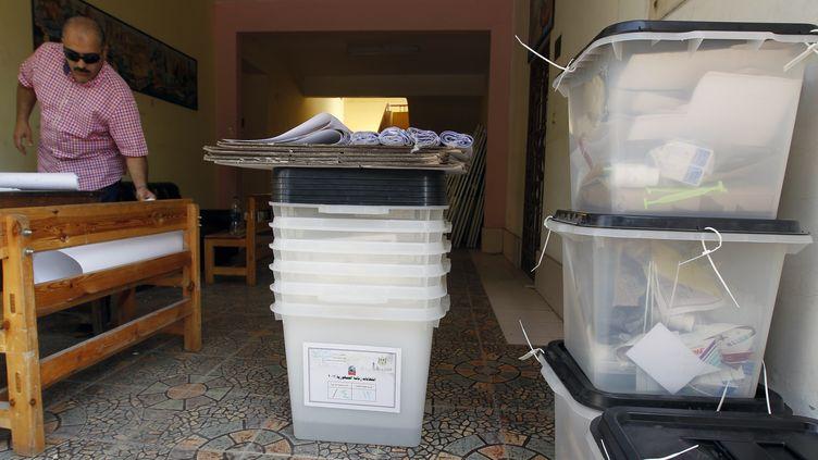 Un fonctionnaire égyptien prépare un bureau de vote pour le second tour de l'élection présidentielle au Caire (Egypte), le 15 juin 2012. (MOHAMMED ABED / AFP)