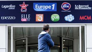 Devant les locaux d'Europe 1 et de plusieurs autres médias du groupe Lagardère, dans le 15e arrondissement à Paris, le 29 novembre 2018. (PHILIPPE LOPEZ / AFP)