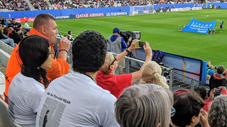 Le couple de supporters iraniens exclus du Stade des Alpes (Grenoble) lors du match Nouvelle-Zélande-Canada pendant la Coupe du monde féminine de football. (Petr Kuzmin)