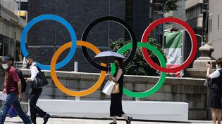 L'emblême des Jeux olympiques, à Tokyo (Japon), le 16 juillet 2021. (KUNIHIKO MIURA / YOMIURI / AFP)