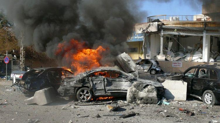 Des flammes s'échappent de la carcasse d'une voiture après un attentat perpétré à Beyrouth (Liban), mercredi 19 février 2014. ( AFP )