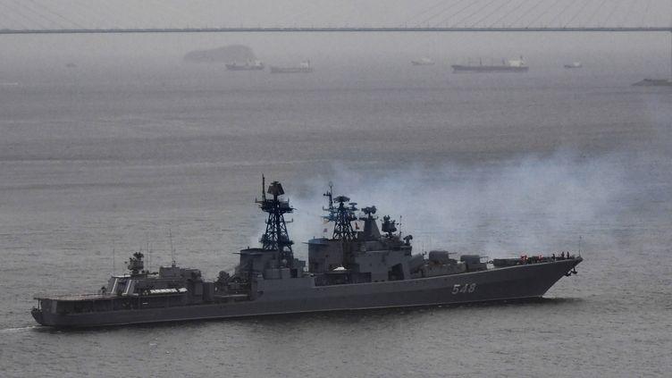 L'amiral Panteleyev, grand navire anti-sous-marin de la marine russe, quitte la baie de Golden Horn dans le port de Vladivostok, en Extrême-Orient, en Russie, le 1er octobre 2018. (VITALIY ANKOV / SPUTNIK / AFP FORUM)