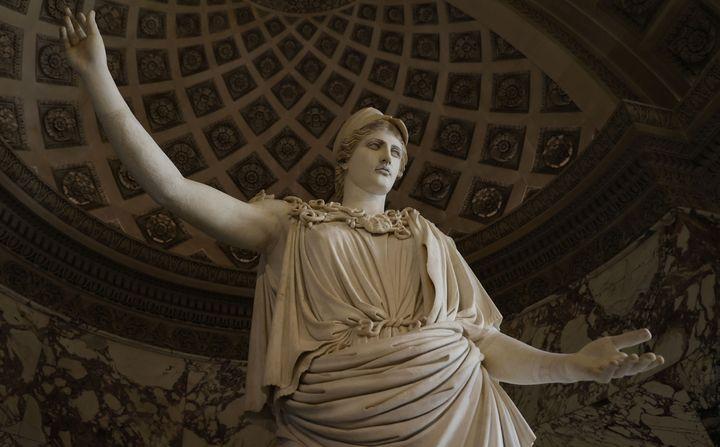 """La """"Pallas de Velletri"""" restaurée, au Louvre (22 septembre 2020) (© THOMAS SAMSON / AFP)"""